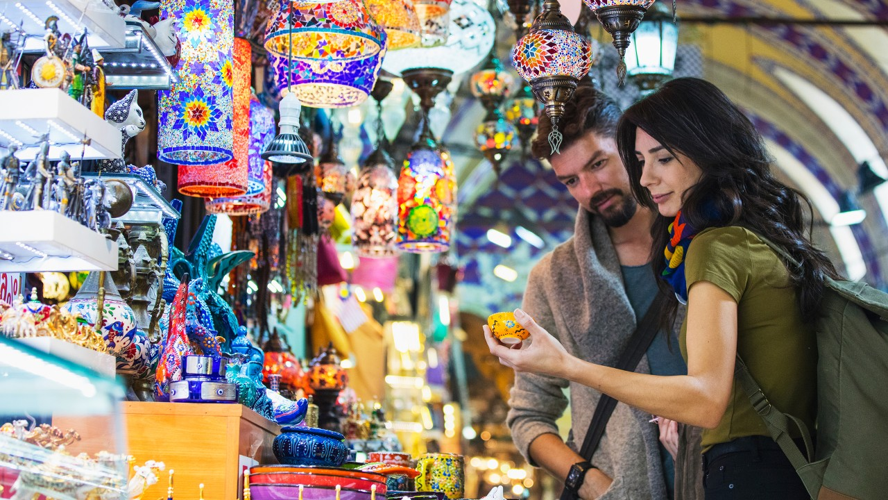 A couple is shopping in a souvenir shop; image used for HSBC India credit card offers page.